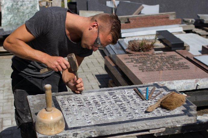 Ik ben steenhouwer en maak van alles van natuursteen roc midden